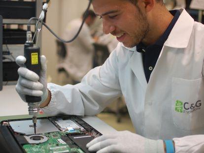 Trabajador de CYG IT Sustainable Tech haciendo una reparación.