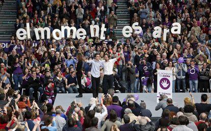 Iglesias (derecha) y Errejón saludan desde el escenario del pabellón de La Fonteta de Valencia, durante en un mitin de Podemos en enero de 2015.