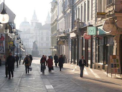 Peatones caminan por una calle comercial de Liubliana.