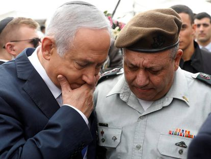 El primer ministro Benjamín Netanyahu y el jefe del Ejército, general Gadi Eizenkot, el miércoles en un acto en el sur de Israel.