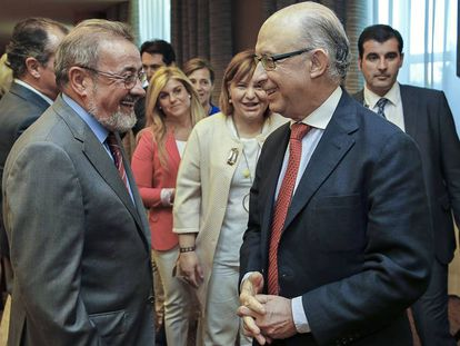 González, presidente de la patronal valenciana Cierval, a la izquierda, habla con Montoro.