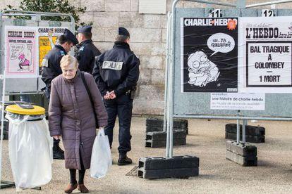 Un grupo de policías, en el salón del cómic de Angulema, dedicado a 'Charlie Hebdo'.