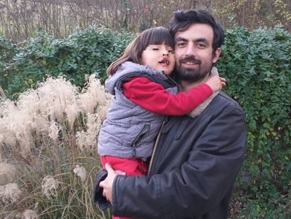 Gianmarco Coppo con su hijo en su casa de Turín (Italia), en una imagen del álbum familiar.