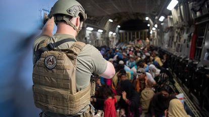 Evacuación en un avión militar estadounidense en el aeropuerto de Kabul este martes.