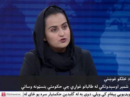 La periodista Beheshta Arghand en su entrevista con el portavoz talibán Mawlawi Abdulhaq Hemad.