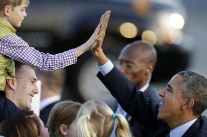Barack Obama saluda a un niño en el aeropuerto de San Francisco.