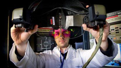 Un empleado calibra uno de los cascos de alta tecnología que ha desarrollado Thales para pilotos.