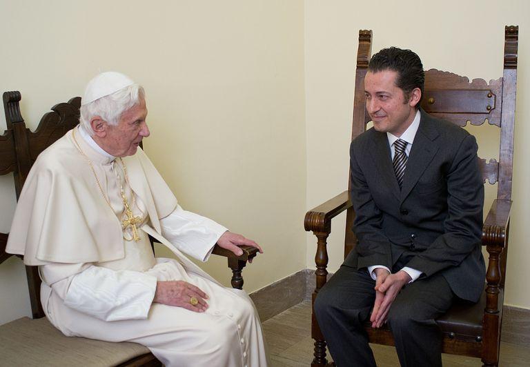 Paolo Gabriele, con el papa Benedicto XVI cuando le visitó en la prisión del Vaticano en diciembre de 2012.