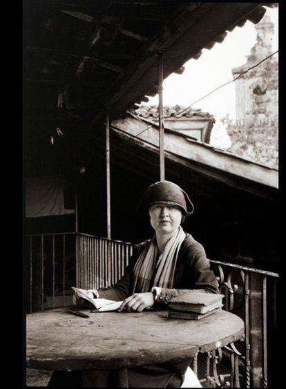 Nacida en Nebraska, Ruth Matilda Anderson (1893-1983) recibiu as primeiras leccións sobre fotografía do seu pai. Malia o seu título de profesora, nunca exerceu a docencia en ningún colexio, e preferiu, no seu lugar, regresar durante un semestre á Nebraska State University. Despois trasladouse a Nova York, onde asistiu á Clarence H. White School for Photography, graduándose en 1919. En 1921, dous anos despois da graduación de Anderson, a Hispanic Society of America contratouna. A Fundación Caixa Galicia expón a mirada apaixonada de Ruth Matilda Anderson, a fotógrafa estadounidense que nos anos 20 descubriu un país que non se quería