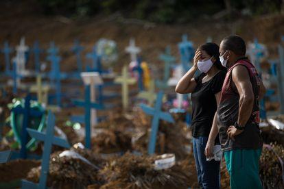 Dos personas, en el cementerio de la ciudad de Manaos (Brasil).