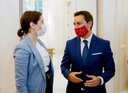 La presidenta de Madrid, Isabel Díaz Ayuso, con el entonces viceconsejero de Políticas Sociales, Javier Luengo, en octubre de 2020.