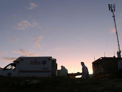 Personal médico transfiere a un paciente de una comunidad del amazonas peruano a una ambulancia con destino al hospital regional de Iquitos.