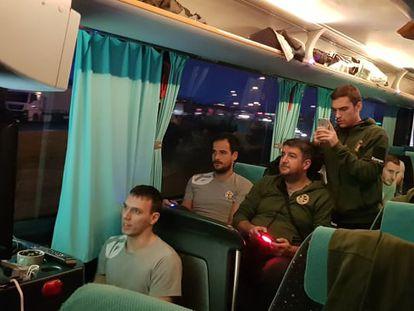 La expedición del Metalurg, jugando a la consola durante su viaje a León.