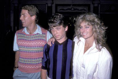 Ryan O'Neal, su hijo Griffin O'Neal y la actriz Farrah Fawcett fotografiados en 1982 en Nueva York.