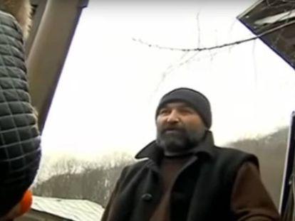 El progenitor Amirán Devnozashvili responde a los periodistas en la puerta de su casa, en Georgia.