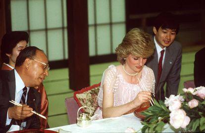 Lady Di, jaleada por su uso de los palillos durante una visita oficial a Japón, el 9 de mayo de 1986. La princesa llevaba un vestido de Zandra Rhodes. |