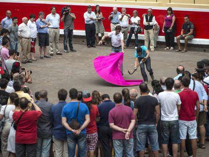 El diestro Juan José Padilla durante la clase magistral que ha ofrecido a un grupo de aficionados en Bilbao.