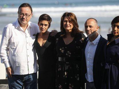 Desde la izquierda, Manuel Martín Cuenca posa con los actores María León, Adelfa Calvo, Javier Gutiérrez y Adriana Paz, hoy durante la presentación de 'El autor' en San Sebastián.