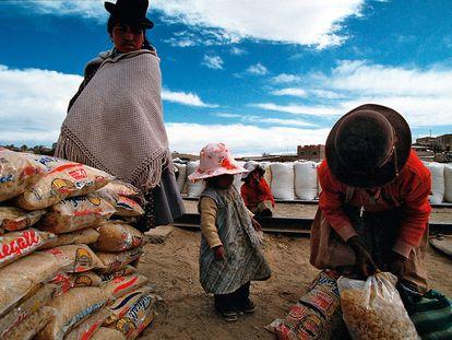 Una familia boliviana recoge alimentos en La Quiaca, un pueblo argentino en la frontera con Bolivia.