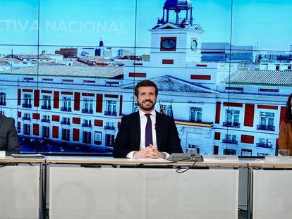 El líder del PP, Pablo Casado (en el centro), junto al secretario general del partido, Teodoro García Egea, y la presidenta de la Comunidad de Madrid, Isabel Díaz Ayuso, en la reunión de la Junta Directiva Nacional del PP de este martes.