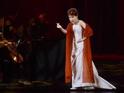 Imagen de uno de los conciertos de Maria Callas, recreada digitalmente, junto a una orquesta con músicos reales.