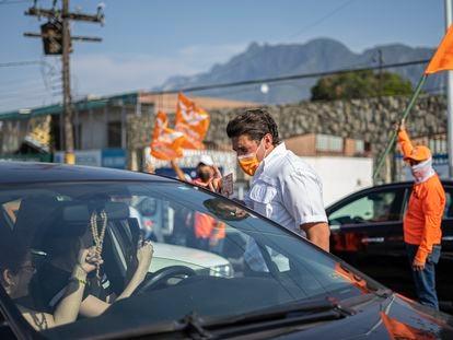 Samuel García, candidato al Gobierno de Nuevo León por Movimiento Ciudadano reparte propaganda política en Santa Catarina, este viernes.