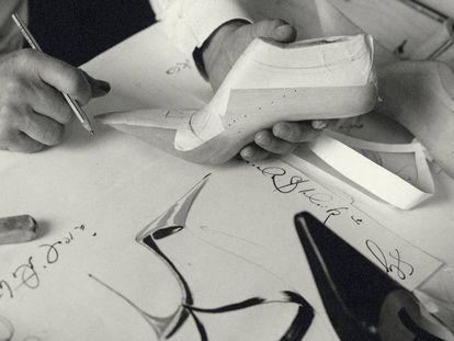 Manolo Blahnik trabajando en uno de sus diseños.