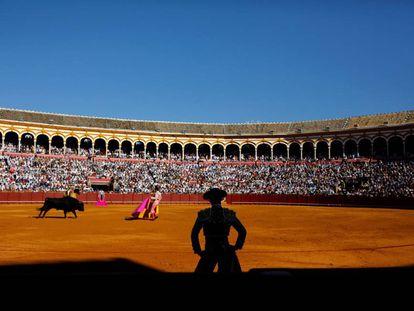 Pablo Aguado, de espaldas, observa la lidia en un pasaje de la corrida celebrada en Sevilla el 10 de mayo.