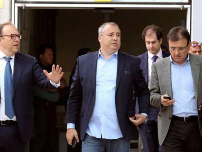 El presidente de la Unión Deportiva Las Palmas, Miguel Ángel Ramírez (en el centro), sale del juzgado.