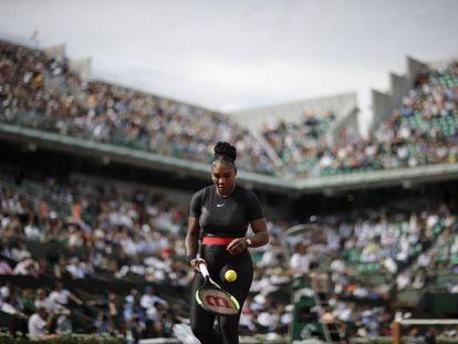 Serena Williams, durante su estreno en la pista Phillippe Chatrier.
