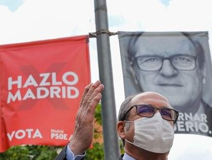 El candidato del PSOE a la Presidencia de la Comunidad de Madrid, Ángel Gabilondo, durante su visita al municipio de Leganés el 20 de abril.