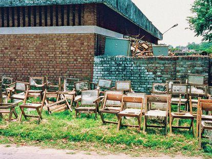 Durante años, centenares de sillas Chandigarh han languidecido amontonadas en almacenes institucionales, deterioradas por el tiempo y el uso; no todas las piezas de Pierre Jeanneret que vee en revistas de decoración roceden del mismo sitio.