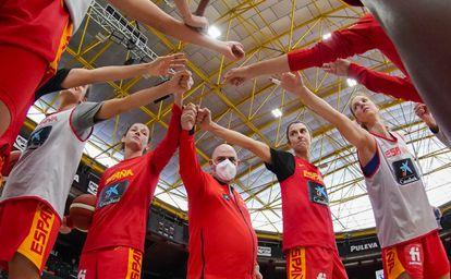 Laia Palau, Lucas Mondelo y Alba Torrens en el centro del saludo del equipo al término de un entrenamiento. feb