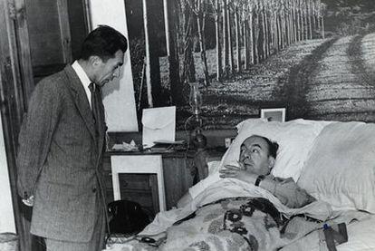Manuel Araya Osorio (de pie), chófer y secretario personal de Neruda, junto al poeta en una clínica  de Santiago, en 1973.