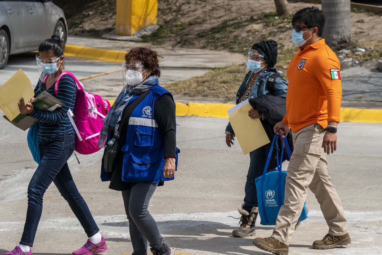 Onelia Alonso cruza el puente fronterizo acompañada de personal de Instituto Nacional de Migración mexicana y las Naciones Unidas.
