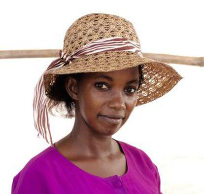 Akuany es de padre ugandés y madre sursudanesa. Fue brutalmente pegada por miembros de su familia materna y se quedó coja. Ahora trata de ganarse la vida vendiendo galletas y sodas.