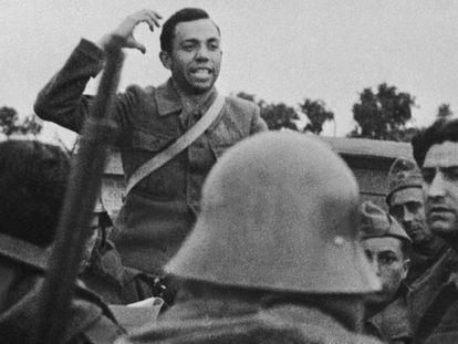 Miguel Hernández en el frente durante la Guerra Civil en 1936. En vídeo, el poeta recita la 'Canción del esposo soldado'.
