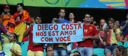 Un grupo de aficionados apoya a Diego Costa, que fue abucheado.