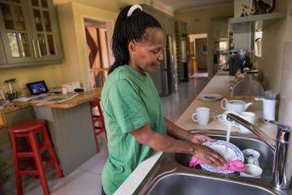 Una empleada del hogar en Johannesburg.