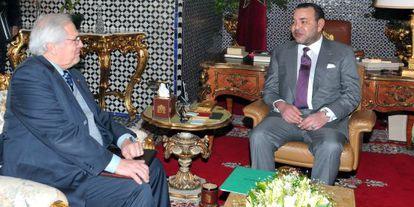 El rey de Marruecos, Mohamed VI, recibe al mediador de la ONU, Christopher Ross, el pasado 10 de abril.
