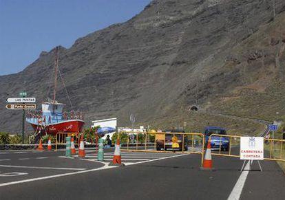 Imagen del cierre de la carretera AH-1 en dirección al túnel de Los Roquillos tras los desprendimientos en las laderas exteriores del túnel y en la carretera de Taracón por el terremoto del sábado