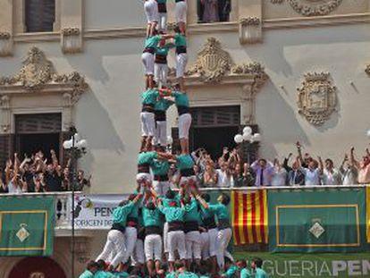Los Castellers de Vilafranca alzan el 3 de 10 amb folre i manilles.