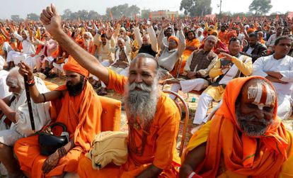 Fundamentalistas hindúes, durante una ceremonia religiosa, a finales de noviembre en Ayodhya.