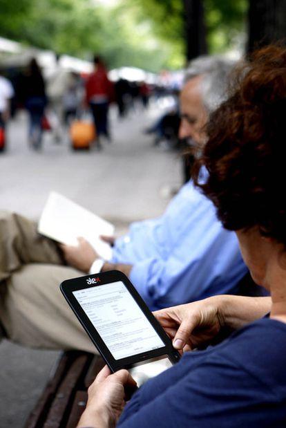 Una usuaria con un lector electrónico.