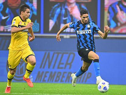 Achraf Hakimi supera a Alberto Grassi en un partido del Inter contra el Parma.