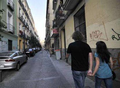 Una pareja pasea por la calle de San Lorenzo.