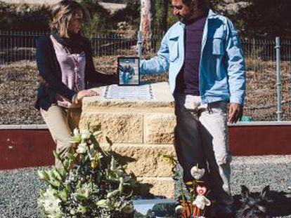 Máximo, Toñi y Hugo, junto al monolito erigido donde fue asesinado Adrián.