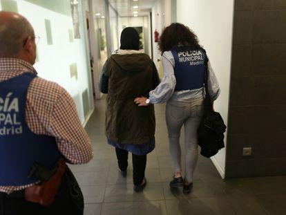 Dos agentes de policía acompañan a una víctima de violencia de género al juzgado.