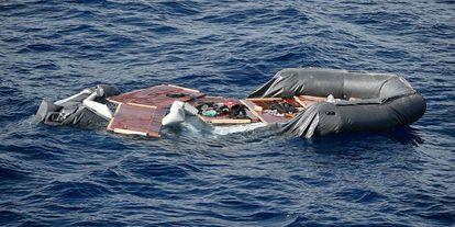 Una zódiac inutilizada tras ser interceptada por Libia este martes.