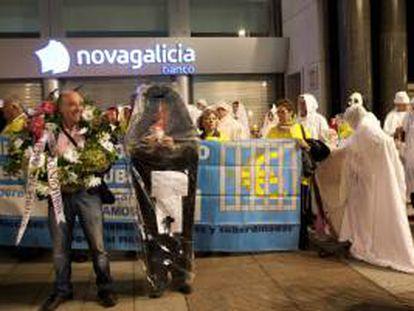 """Manifestación de afectados por las participaciones preferentes de Novagalicia Banco que han simulado una procesión de """"almas en pena"""", en vísperas del Día de todos los Santos, por las calles de Vigo."""